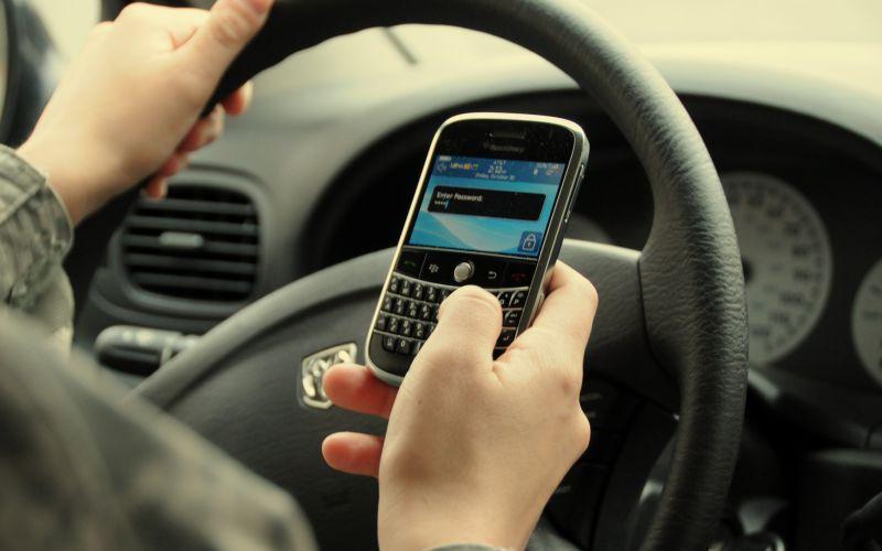 Сотовый телефон Невнимательность водителей – одна из главных причин несчастных случаев на дороге. А сотовый телефон один из главных виновников вашей невнимательности. Думаете, использование за рулем гарнитуры уменьшает риск? Ничего подобного: пусть ваши руки свободны, но в мыслях вы все равно уже не на дороге. А отправка сообщений за рулем по уровню опасности уже почти сравнялась с вождением в нетрезвом виде.