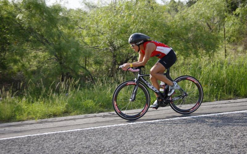 Неправильно отрегулированное седло Когда вы покупали велосипед и настраивали седло, казалось бы, под себя, вы не замечали, как сильно у вас начали болеть спина и колени после даже небольших велопрогулок? Дело в том, что чем ниже расположено седло, тем тяжелее крутить педали и тем ниже приходится наклоняться, чтобы контролировать велосипед. Отрегулируйте седло так, чтобы когда вы садились на велосипед, ваши ноги свободно касались земли. Через некоторое время боли в области спины и колен полностью пройдут.