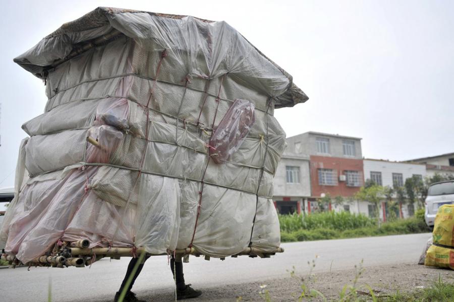 Портативный дом Лю Лингчао, тридцатилетний строитель, придумал свое жилище, когда был вынужден возвращаться в свою родную деревню из столицы. Путешествие длиной в тысячу километров он решил проделать с крышей над головой. Материал строительства — бамбук и полиэтилен, Лю находил прямо на дороге.