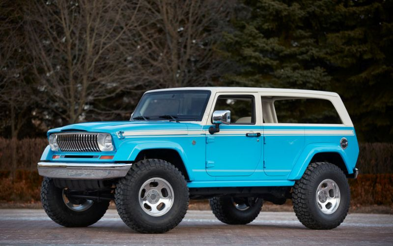 JeepChief Ни для кого не секрет, что источником вдохновения для «Джипа» Chief служил классический Cherokee 70-х годов прошлого века. Дизайнеры позаимствовали оформление передка, кормы и несоразмерно больших боковых окон. Для большей схожести с Cherokee дизайнеры ярко-голубого внедорожника даже замаскировали ручки от задних дверей. Тем не менее «Вождь» построен на вполне современной платформе Wrangler.