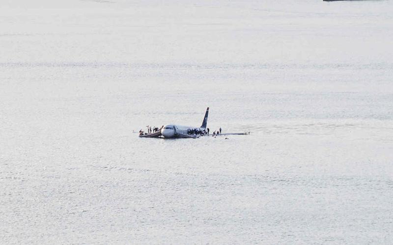 Гудзонское чудо 2009 год. 15 января 2009 года из нью-йоркского аэропорта ЛаГуардиа взлетел шикарный Airbus A320 и тут же врезался в стаю мигрирующих канадских гусей. Командир принял решение приземляться прямо на Гудзон. Собственно, с одной работающей турбиной, выбора у него просто не было. Аэробус скользнул на поверхность реки как жестяная поделка на лезвие мачете. С дырой в корпусе, тонущий лайнер имел все шансы стать вторым Титаником. Тем не менее четкие действия команды и спасателей позволили без проблем выбраться из переделки абсолютно всем пассажирам.