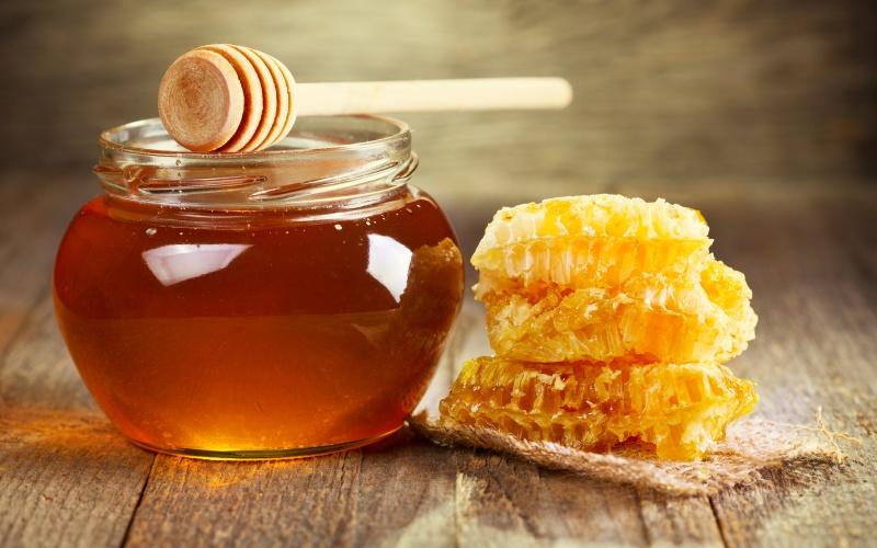 Мед Мед, все еще в съедобном состоянии даже спустя тысячи лет, находят в древних египетских гробницах. Он способен храниться неопределенно долго благодаря тому, что содержит антибактериальные вещества. К тому же мед в своем составе практически не содержит воды, что делает его малопригодным местом обитания микроорганизмов. Со временем, если мед не пастеризованный и не сырой, он может изменить цвет и кристаллизоваться, но все равно останется безопасным для питания продуктом.