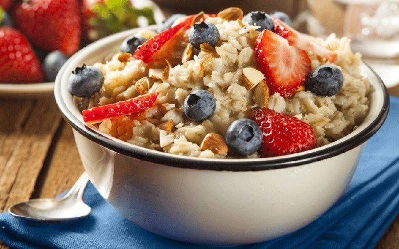Заправьтесь углеводами Углеводы являются основным источником энергии в организме. Крайне важно повышенное содержание углеводов в пище для спортсменов и тех, кто увлекается хайкингом или альпинизмом. Когда вы не потребляете достаточное количество углеводов, в расход пойдут мышечный белок и накопленный жир. Чтобы избежать этого и повысить свою выносливость, потребляйте от 30 до 60 грамм углеводов (120-240 калорий) на каждый час тренировок. Несколько продуктов с повышенным содержанием углеводов: сухофрукты, спортивные напитки, энергетические батончики и энергетические гели.