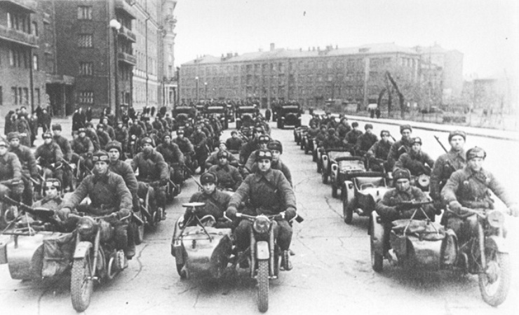 Ирбитский период К, так называемому, ирбитскому периоду истории «Урала» можно смело отнести вообще все времясерийного производства мотоцикла, исключая пару первых месяцев. Как производство перенесли в конце октября 1941-го года на Урал, в город Ирбит, так оно там до сих пор и находится. За всю, как на тот момент казалось, временную военную эвакуацию в ИрбитскИВЗ успел поставить на фронт 9799 мотоциклов.
