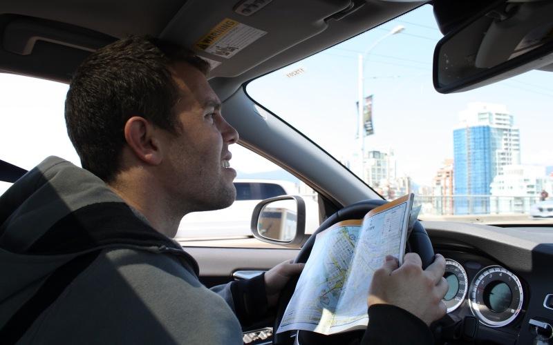 Сосредотачивайтесь на дороге Пытаться найти правильный путь в незнакомой части города или регионе и одновременно вести машину сложно даже для опытного водителя. Пытаясь разобраться в круговерти дорожных знаков и отыскаться тот самый поворот, вы неизбежно отвлечетесь от главного – ситуации на дороге. Поэтому, если с вами не едет пассажир, способный ничего не напутав рассказать вам, где и куда свернуть, прижмитесь на минуту к обочине и определите по карте или GPS-устройству куда вам держать путь дальше.