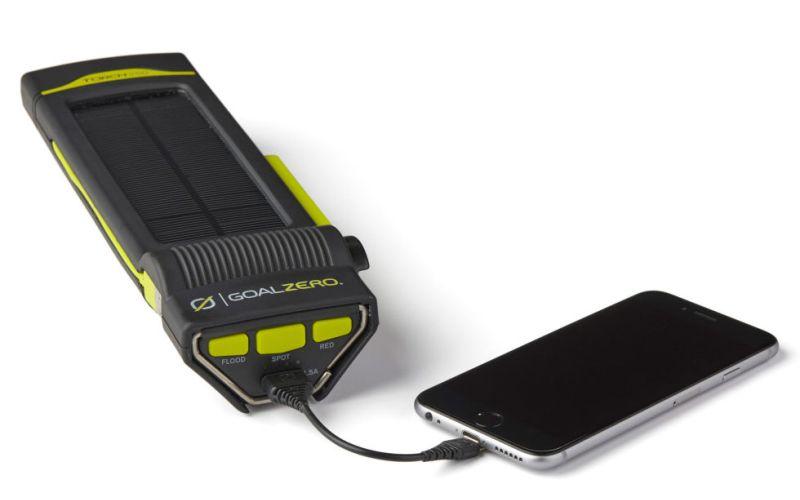Фонарик – зарядное устройство для телефонов Пытаться менять колесо в кромешной темноте или застрять на бездорожье с разрядившимся телефоном – не лучший сценарий развития событий. Чтобы не оказаться в такой ситуации, стоит хранить в бардачке ручной фонарик на солнечных батареях со встроенной зарядкой для телефонов и ярким красным аварийным сигналом.