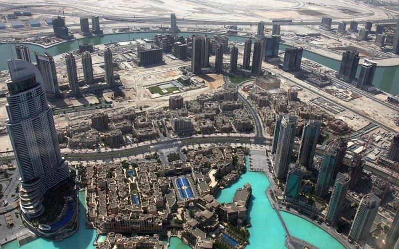 Из Дубая в Сан-Франциско Протяженность перелета: 13002 км / 18 часов Вылетев из Дубая, не забудьте бросить последний взгляд на расстилающуюся под вами панораму города. Теперь вы можете с высоты птичьего полета увидеть 162-этажную «Бурдж Халифа» —высочайшее сооружение, когда-либо построенное человеком. Далее вы пролетите прямо над Северным полюсом и, подлетая к Городу у залива, первым делом отыщите взглядом «Трансамерику» —самое высокое здание города. Такого контраста вы не встретите больше нигде.
