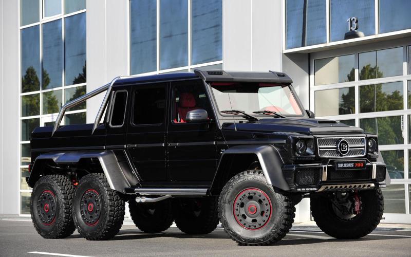 Brabus B63S-700 6x6 Монструозного видаи невероятно крутой – это эксклюзивный внедорожник Brabus B63S-700 6×6. По сути, является доработанной версией внедорожника от компании Mercedes-Benz, значительно усовершенствованной безбашенными тюнерами из Brabus. 5,5-литровый мотор V8 выдает 700 лошадиных сил, благодаря чему трехосный гигант способен разогнаться с места до сотни всего за 7,5 секунды.