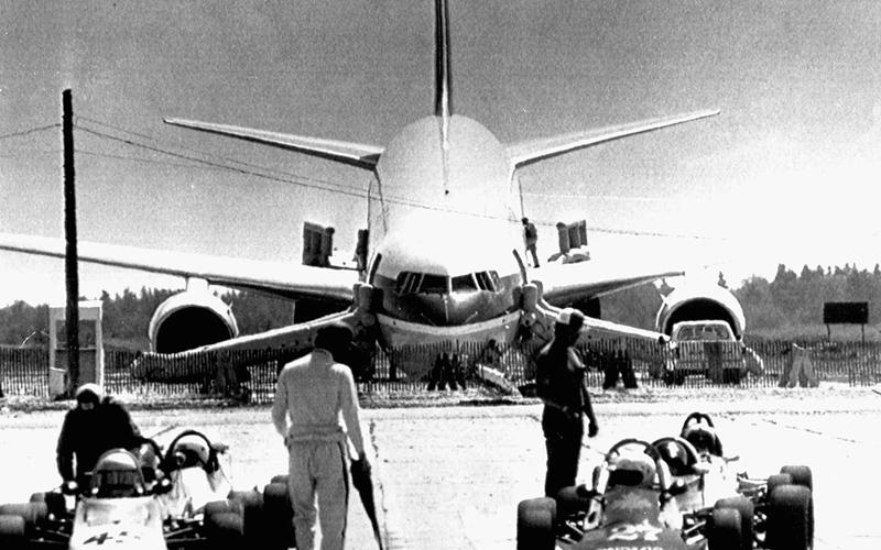 Военная база 1983 год. Переход на метрическую систему вывел из строя добрую половину Канады: добрые лесорубы не понимали, как это метр, и сколько фунтов в литре. Не только лесорубы, но и работники Air Canada, рассчитавшие запас горючего для лайнера в старых добрых фунтах. В результате, Боинг 767 просто перестал лететь куда бы то ни было, кроме как вниз. До пункта назначения оставалось еще добрая половина пути. По счастью, внизу как раз удобно расположилась заброшенная военная база, куда, с грацией подбитой вороны, рухнул пустой самолет. Благодаря упорству и выучке пилотов не пострадал никто.