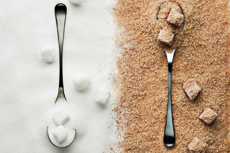 Сахар Сахар может храниться бесконечно долго, неважно белый (рафинированный) он или коричневый (с примесью сгущенного растительного сока). Однако этот продукт чувствителен к влаге. Поглощая ее, сахар легко может кристаллизоваться в один большой кусок, который придется разбивать молотком. Просто убедитесь, что храните его в герметичном контейнере, чтобы исключить попадание влаги.