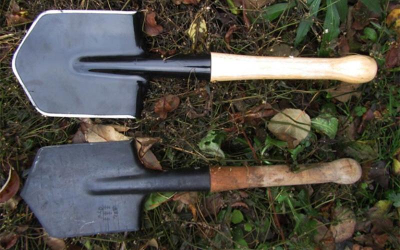 Саперная лопатка — монолитный топор, в меру тяжелый, удобный и смертоносный.