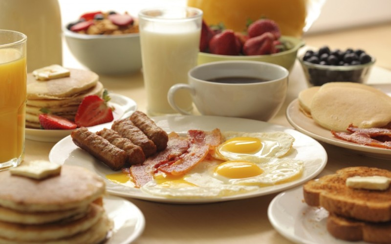 Ешьте свой завтрак Начав день с полноценного завтрака, вы здорово повысите свою производительность. В вашем завтраке должно быть высокое содержание углеводов, низкое содержание жира и клетчатки, и немного белка. Ваша цель получить от 300 до 500 калорий за утренний прием пищи. Хорошими вариантами для завтрака станут овсянка с сухофруктами, яичница и бутерброд с сыром или мюсли с сухим молоком или йогуртом.