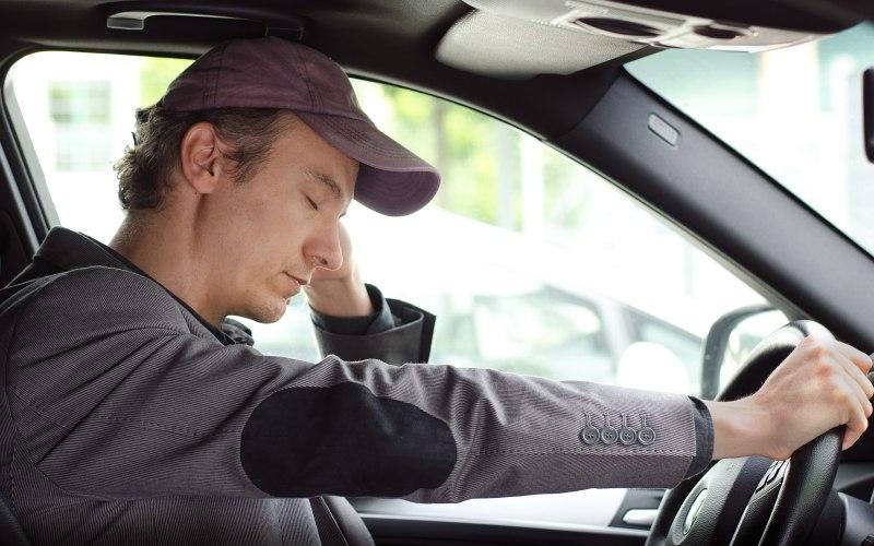 Сильная усталость Сколько ужасных автокатастроф происходит в мире по причине того, что человек за рулем незаметно для самого себя задремал. Побороть усталость поможет или полноценный восьмичасовой сон перед поездкой или краткие перерывы во время путешествия. Даже подремав 15-20 минут на заднем сиденье, вы уже почувствуете себя в состоянии продолжать путь, не рискуя из-за собственной сонливости разбить в лепешку свое транспортное средство.