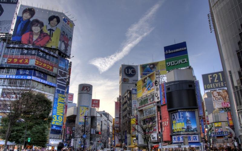 Токио По прогнозам специалистов крупное землетрясение с эпицентром в японской столице с вероятностью 75% может произойти в любой момент в течение ближайших 30 лет. По созданной учеными модели жертвой катастрофы станет около 23 тысяч человек и будет разрушено свыше 600 тысяч зданий. Кроме повышения уровня сейсмоустойчивости зданий и сноса старых сооружений, администрация Токио займется внедрением негорючих строительных материалов. Землетрясение в Кобе в 1995 году показало японцам, что люди чаще становятся жертвами не обрушившихся зданий, а возникающих после катастрофы пожаров.