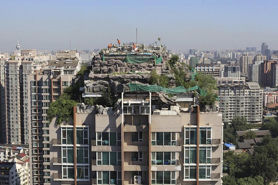 Вилла на крыше Анонимный миллионер решил выстроить свою оригинальную виллу прямо на крыше многоэтажного здания. Не задумываясь о последствиях несогласованного строительства, он создал особняк, который с виду похож на каменные пещеры.