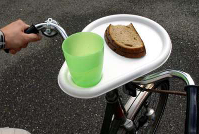 Тарелка на руль Ок, если вам не хватило банана — возьмите весь обед. Серьезно, вот вам тарелка, прикручивайте ее на руль и вперед, к полезному и сытному завтраку. Непонятно, что было на уме у придумавшего ее дизайнера. Скорее всего, он был очень голоден.