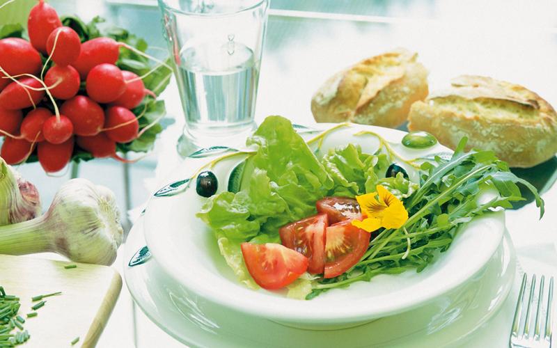 Правильная еда Орехи, рыба, фрукты, овощи и мясо. Не нужно ни от чего отказываться и, тем более, переходить на вегетарианство. В сочетание с постоянными тренировками, строгая диета изнашивает не только сердце, но и весь организм. Постарайтесь питаться сбалансированно. Это, в конце концов, не так сложно, каким издалека кажется.