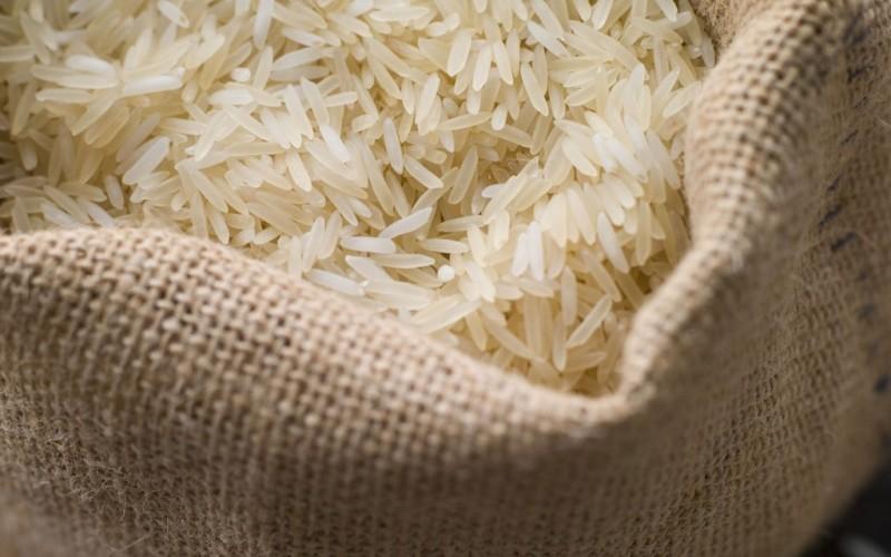 Белый рис Мешок с рисом может покрыться вековой пылью, но зернавнутри него навсегда сохранят свои питательные свойства. Впрочем, относится это утверждение только к белому рису. Сроки хранения коричневого риса сильно ограничены из-за его маслосодержащей оболочки.