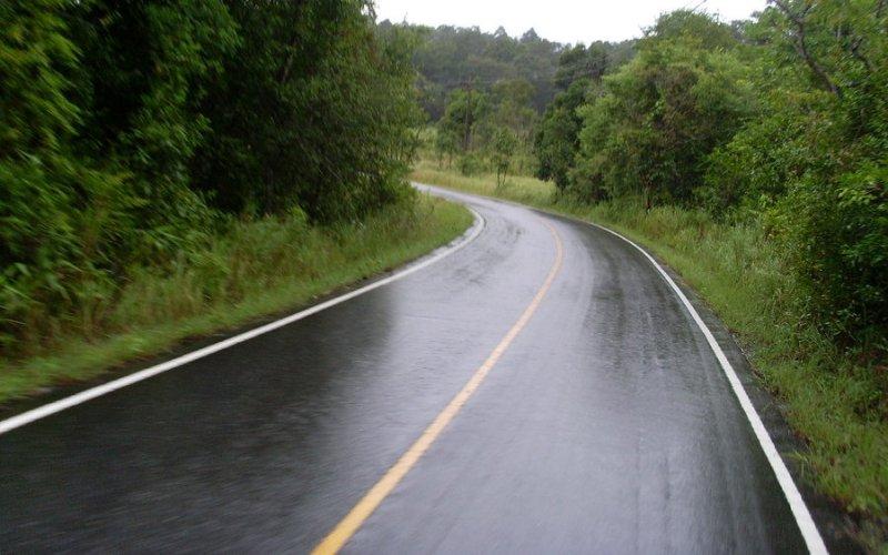 Скользкий путь Привыкнув к сухому и солнечному сезону, очень легко забыть о правилах вождения на мокром асфальте. Торможение – причина большинства аварий в сырую погоду, когда водитель не может правильно оценить тормозной путь из-за плохого сцепления покрышек с дорогой. В результате, частыми явлениями зимой и в дождливые сезоны становятся наезды сзади. Как только начинает моросить, сразу замедляйтесь и увеличивайте дистанцию с впереди идущим автомобилем.