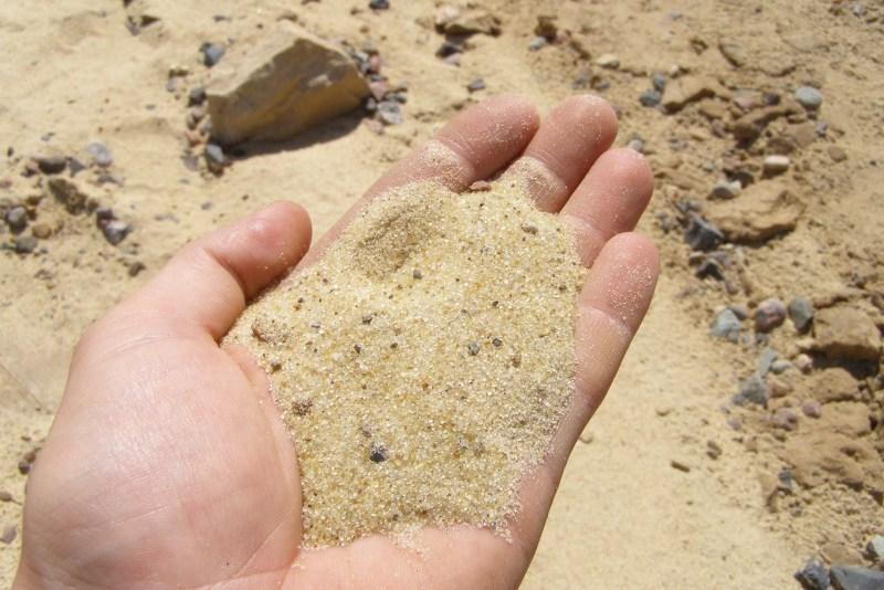 Третий слой Песок – это именно тот материл, который очистит воду от большинства загрязнителей. Чтобы процесс фильтрации был максимально эффективным, в фильтр необходимо будет засыпать слой толщиной около десяти сантиметров.
