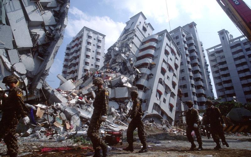 Лос-Анджелес Землетрясения в Городе ангелов случаются довольно часто, но по-настоящему крупных не было уже более века. Тем мрачнее прогноз представленный сейсмологами и геологами из геологического общества США. На основе анализа почв и тектонических плит под центральной частью Калифорнии, ученые сделали вывод о том, что до 2037 года здесь может произойти землетрясение магнитудой 6,7 баллов. Толчок такой силы при определенных обстоятельствах может превратить город в руины.