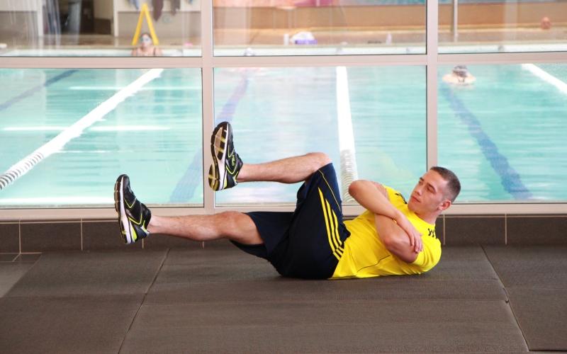 Развивайте все свое тело Не стоит зацикливаться только на велоспорте, так как он не задействует многие группы мышц. Когда вы регулярно тренируете только ноги, от этого страдает ваша осанка, а остальные мышцы тела начинают отставать в своем развитии. Включите в свою программу другой вид спорта и уделите внимание упражнениям, направленным на развитие мышц поясницы и спины.