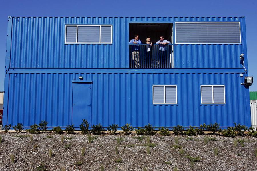 Морской контейнер Четыре морских контейнера превратились в довольно уютный, хотя и топорный дом на несколько семей. Для удобства, они могут разделяться на отдельные блоки без малейшего повреждения конструкций.