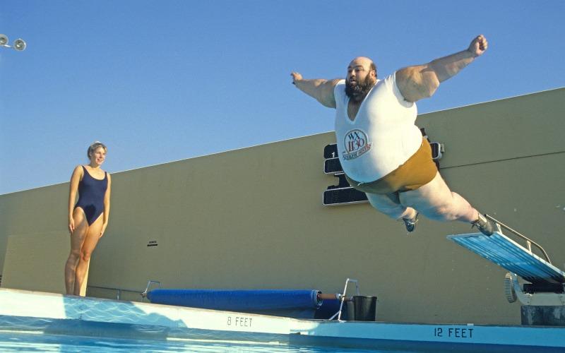 Плавание Плавание не только укрепляет мышцы плечевого пояса, брюшного пресса и спины, но и прекрасно корректирует фигуру в целом, а значит, точно стоит подумать о том, чтобы включить его в свою программу тренировок. Запишитесь в бассейн и, чтобы результат начал быстро прогрессировать, плавайте в нем 2-3 раза в неделю по 30-45 минут в день.