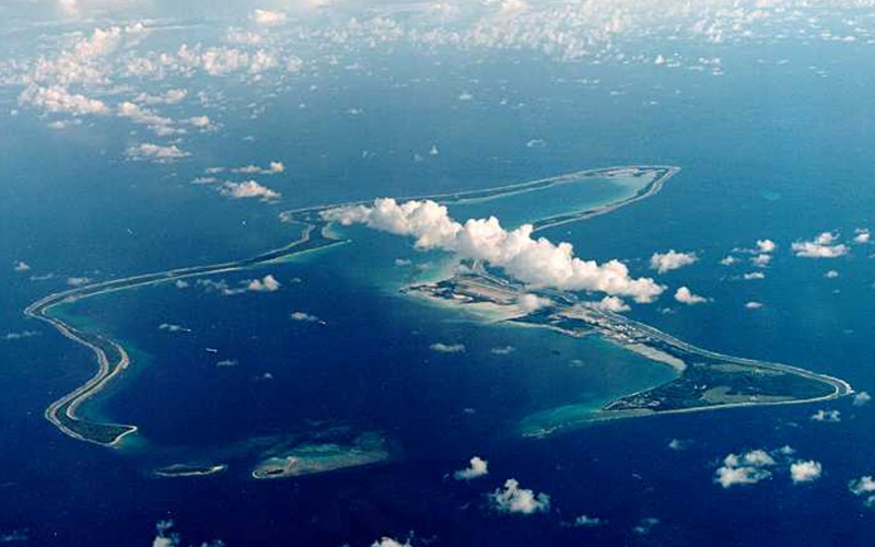 Острова Чагос Территориальный спор: Великобритания и Маврикий Острова Чагос являются группой из семи атоллов, включающих более 60 островов в Индийском океане. До 18-го века острова входили в состав африканского островного государства Маврикий, а потом на них начали прибывать французские колонисты. В 1810 году французы уступили права на острова Великобритании, решившей сформировать британскую территорию в Индийском океане. В 1971 году британцы сдали в аренду Соединенным Штатам атолл Диего-Гарсия, чтобы те построили там военную базу и выгнали местных жителей с этого единственного обитаемого участка островов Чагос. В 2010 году британское правительство объявило архипелаг морским заповедником, очевидно, чтобы пресечь попытки местных жителей вернуться на острова. Маврикий в свою очередь предъявил обвинения Соединенному королевству в соответствии с Конвенцией ООН. В настоящее время дело дошло до международного арбитражного суда, где представители обоих государств отвечают перед трибуналом ООН на закрытых слушаниях о законности морского заповедника.
