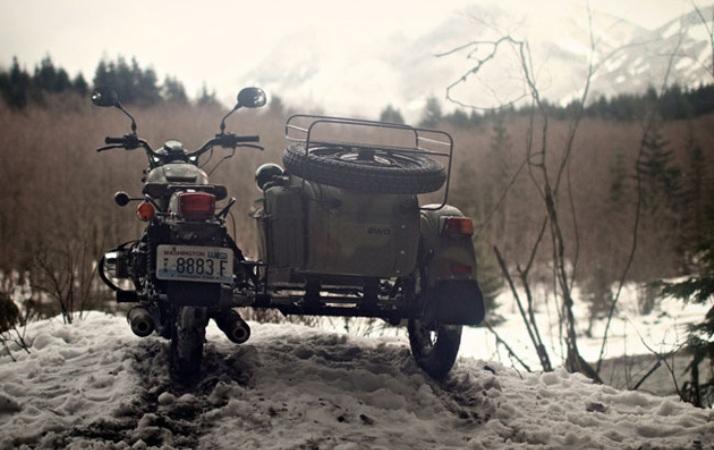 Ural Gear-Up Одним из таких дилеров, например, в 2013 годужурналистам были предоставлены для тест-драйва несколько мотоциклов Ural с боковым прицепом, имеющие местное наименование Gear-Up, а также опытный райдер-путешественник Mr. Cob (сокращенное от Cranky Old Bastard). С первых же минут всадникам пришлось ощутить на себе все особенности управления мотоциклом с люлькой, который не походит ни на что двухколесное в мире. При этом сам Ural — агрегат совсем не для слабого пола или спортбайкеров, ожидающих высокого крутящего момента. Самая точная ассоциация у новоиспеченных байкеров возникла с танком Т-90, который точно доедет до конечной точки и ни разу не подведет.