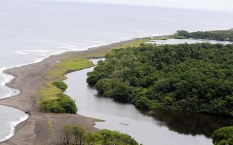 Остров Калеро Территориальный спор: Никарагуа и Коста-Рика Никарагуа и Коста-Рика вот уже на протяжении двух веков оспаривают друг у друга права на владение островом Калеро. В ноябре 2010 года Никарагуа вновь заявили свои права на остров, обосновав свои претензии на картах Google, по ошибке маркировавших Калеро как часть Никарагуа. В 2011 году Международный суд ООН постановил, что обе страны обязаны воздержаться от размещения на острове гражданских лиц и сил безопасности, но Коста-Рика может отправлять туда экспедиции, занимающиеся вопросами экологии. С тех пор напряжение между двумя центральноамериканскими странами только возрастает. Масло в огонь добавляют взаимные обвинения о незаконном вторжении на остров.