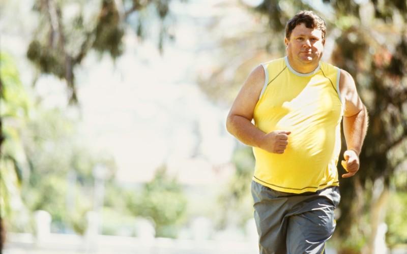 Бег / езда на велосипеде Бег и езда на велосипеде (или беговая дорожка и велотренажер) – должны быть обязательно включены в вашу программу по уменьшению живота. В сочетании с упражнениями на пресс, эти эффективные кардиотренировки помогут не только сжечь жир, но и улучшить кровообращение, укрепляя тем самым ваше здоровье в целом. Уделяйте кардионагрузкам 30 минут в день и скоро вы увидите, как сильно изменится ваш внешний вид.