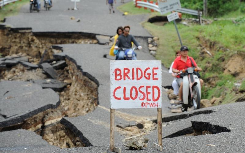 Панама В течение нескольких следующих лет мощнейшее землетрясение, мощностью более 8,5 баллов по шкале Рихтера случится в районе Панамского перешейка. К таким выводам пришли специалисты из университета Сан-Диего, после того как провели сейсмологические исследования разломов, прилегающих к Панамскому каналу. Действие землетрясения поистине катастрофического масштаба ощутят на себе обитатели обеих Америк. А больше всего, конечно, пострадает столица республики, Панама, где проживает около 1,5 миллиона человек.