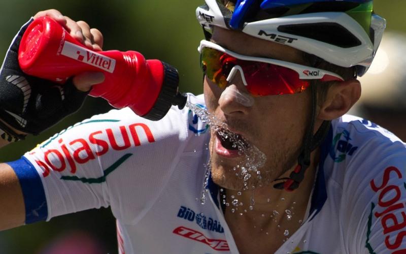 Больше пейте Велосипедист, чей организм страдает от обезвоживания, вряд ли сможет ехать долго и чувствовать себя в порядке после поездки. Начинающие велоспортсмены, полностью игнорируя этот факт, редко пьют во время поездок, даже когда у них есть при себе вода. Чтобы не чувствовать себя полностью разбитым после езды на велосипеде, необходимо пить воду (или спортивные напитки) каждые 15-20 минут.