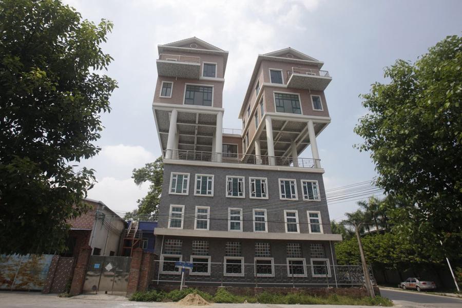Особняк в небе Борьба за высоту скоро станет национальным спортом у состоятельных домовладельцев Китая. Эти два особняка были выстроены на уже существующем доме.