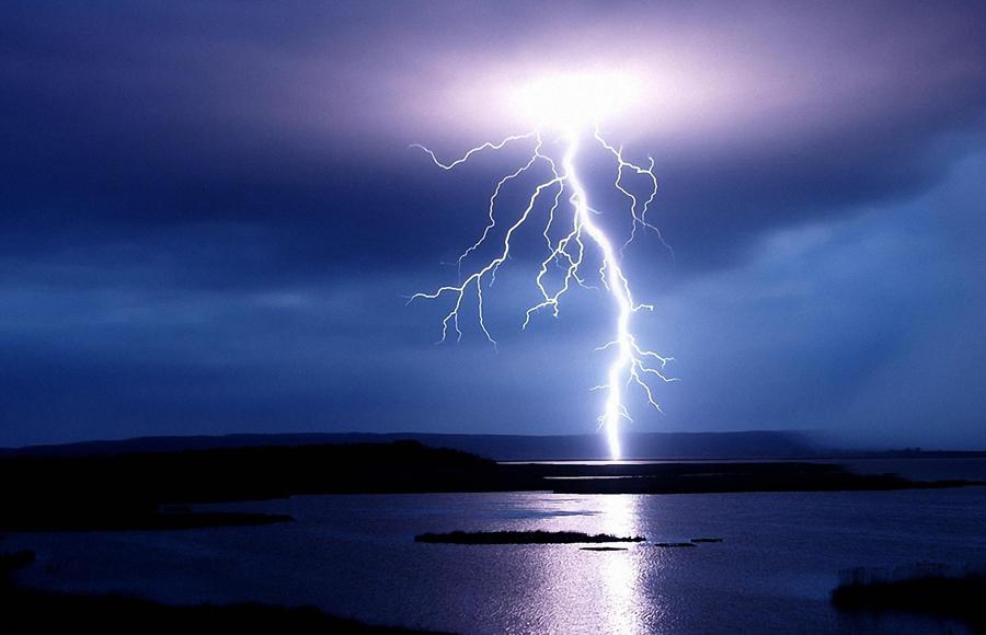 Водоем Бытует мнение, что молния не попадает ни в реки, ни в озера. На самом деле, еще как попадает. Причем, электрический удар будет распространяться не в глубь, а в ширь. То есть, если вы— водолаз, то можете, в принципе, ничего не бояться. А вот если вы — пловец, то лучше будет плыть от грозового фронта подальше. И побыстрее.