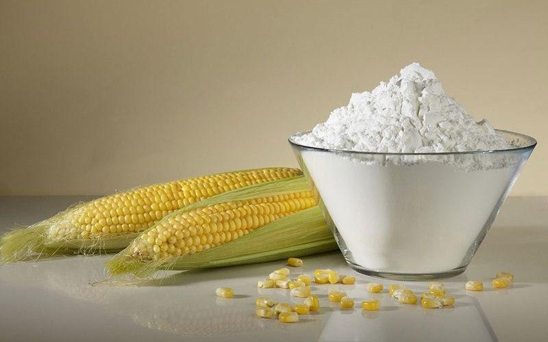 Кукурузный крахмал Обычно крахмал используется в качестве загустителя для пищевых продуктов – соусов и пудингов. Находят ему применение и во многих других отраслях пищевой промышленности. Но польза кукурузного крахмала прослеживается еще и в медицине. Он является важным ингредиентом в производстве пудры, мазей, присыпок и микстур. Чтобы сохранить крахмал на веки вечные, убедитесь, что вы держите его в герметичном контейнере в сухом и прохладном месте.