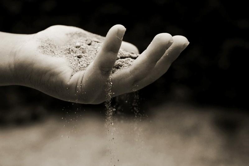 Еще один слой из песка Второй слой из песка, толщиной сантиметров пять, поверх углей необходим для еще более эффективной фильтрации.