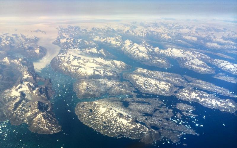 Из Копенгагена в Нуук Продолжительность перелета: 3429 км / 5 часов Хотя вам вряд ли захочется покидать Копенгаген, признанный одним из самых удобных для жизни городов мира, сделать это следует ради незабываемого перелета через пол Скандинавии с ее фьордами и суровыми лесами, чтобы увидеть свысока белоснежную пустыню и огромные айсберги, а возможно, и северное сияние, когда вы окажитесь над Гренландией.
