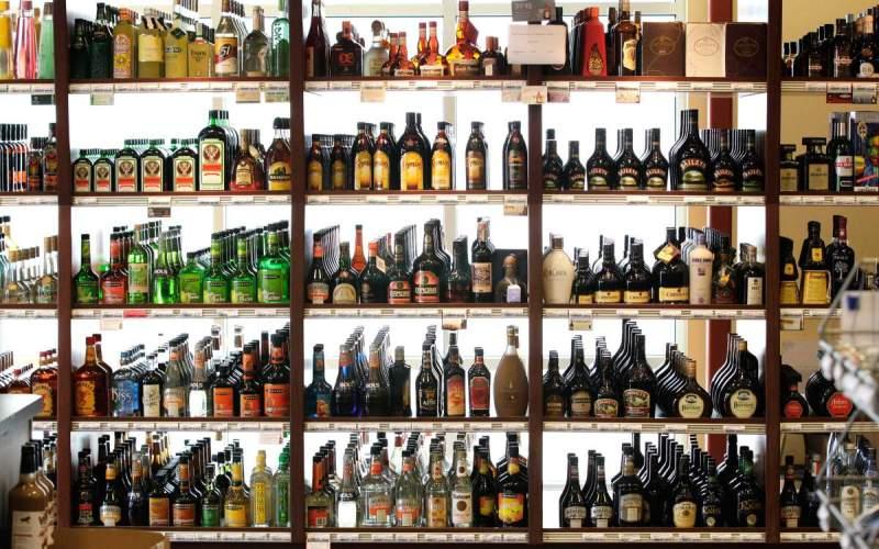 Крепкие спиртные напитки Срок годности алкогольных напитков, таких как ром, водка или виски, никогда не истечет. Пока алкоголь хранится в темном прохладном месте, и крышка плотно завинчена, нет смысла торопиться прикончить бутылочку. Впрочем, под воздействием высоких температур, воздуха или яркого света вкусовые качества алкоголя могут сильно пострадать.