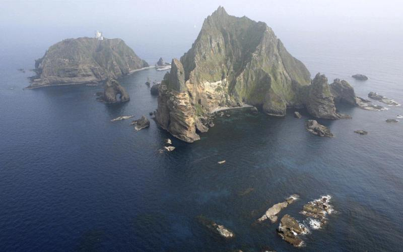 Скалы Лианкур Территориальный спор: Япония и Южная Корея Также известны как Докдо – «уединенный остров» на корейском и Такешима – «бамбуковый остров» на японском языках. На самом деле это архипелаг в Японском море, состоящий из двух главных островков и 35 скал. На островах постоянно проживают корейский ловец осьминогов и его супруга. На непостоянном положении там же находятся корейское отделение полиции, администрация, штат маяка и южнокорейская береговая охрана. 14 апреля 2015 года главы служб безопасности Южной Кореи и Японии встретились, чтобы совместно обсудить вопросы безопасности. Переговоры сорвались, когда Япония вновь заявила о своих претензиях на скалы Лианкур. Примечательно, что Северная Корея поддерживает требования Южной Кореи, несмотря на то, что, технически, обе страны все еще находятся в состоянии войны.