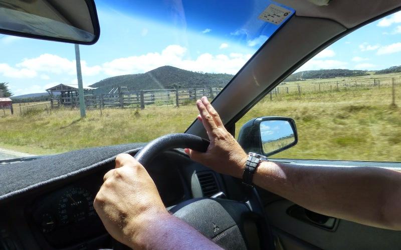 Только одна рука на руле Несмотря на то, что в ПДД этот момент никак не прописан, простая логика уже может подсказать, что руление одной рукой аварийно опасно. При потере контроля, скажем, при наезде на кочку или яму, руль самопроизвольно вывернется и ваш автомобиль неожиданно для вас и окружающих резко сменит направление движения. Держите обе руки на руле в стандартных позициях «9-3» и «10-2», чтобы полностью контролировать рулевое колесо.
