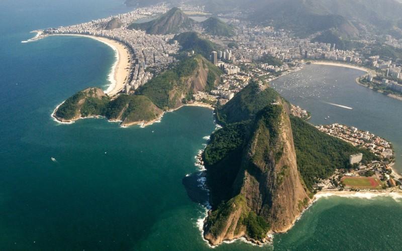 Из Рио-де-Жанейро в Буэнос-Айрес Продолжительность полета: 1983 км / 2 часа Сочетание гор, озер, лесов и песчаных пляжей делают Рио-де-Жанейро одним из самых прекрасных городов мира, чья суть раскрывается только с высоты птичьего полета. По пути в аргентинскую столицу вы пролетите над самым известным пляжем в мире – Копакабана, водопадами Игуа и другими местами, которые так и просятся на открытки.