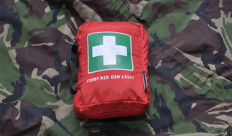 Аптечка Минимальная аптечка очень пригодиться в любой внештатной ситуации. Не нагружайте рюкзак лекарствами, но и не оставляйте себя безоружным в опасности. Бинт, йод, пластырь, бинт, хлоргексидин, анальгетики —этого вам вполне хватит.