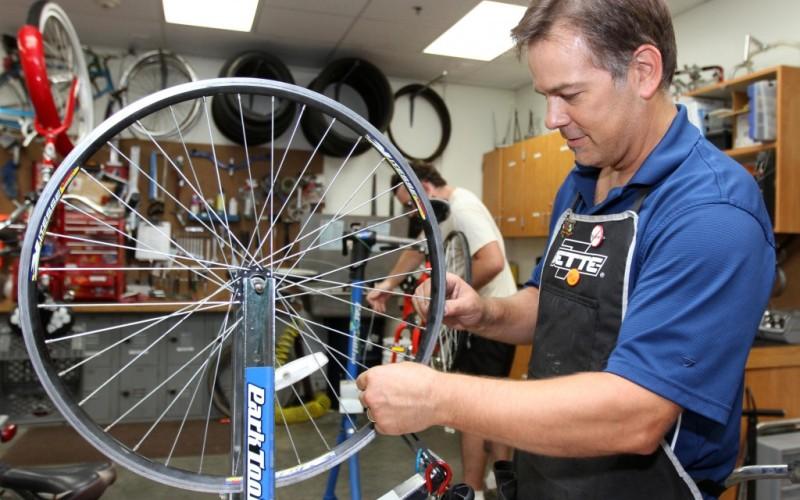 Самостоятельный ремонт Подавляйте искушение пытаться самостоятельно починить неисправность в вашем велосипеде, когда она случается. Для ремонта современных велосипедов требуется целый ворох специальных инструментов, спецключей и съемников. Поэтому, если вы не хотите нечаянно превратить свой байк в груду металлолома, пользуйтесь услугами велосипедных мастерских. Также, советуем раз в год отдавать в мастерскую велосипед для смазки подвижных деталей и регулировки.