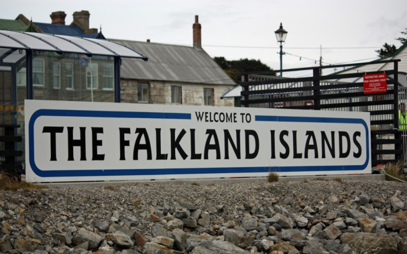 Фолклендские острова Территориальный спор: Великобритания и Аргентина Фолклендские острова состоят из двух крупных (Западный и Восточный Фолкленд) и 776 мелких островов и скал. Острова находятся в положении самоуправления, хотя фактически являются британской заморской территорией. Соединенное королевство установило контроль над островами в 1833 году, и с тех пор Аргентина регулярно пыталась оспорить этот факт. В 1982 году Аргентиной была предпринята неудачная попытка вторжения на острова, известная как Фолклендская война. Не так давно британский министр обороны Майкл Фэллон заявил, что Англия планирует усилить меры по укреплению островов. В тоже время Аргентина явно не собирается сдаваться и без боя отдавать британцем то, что они называют Мальвинскими островами.