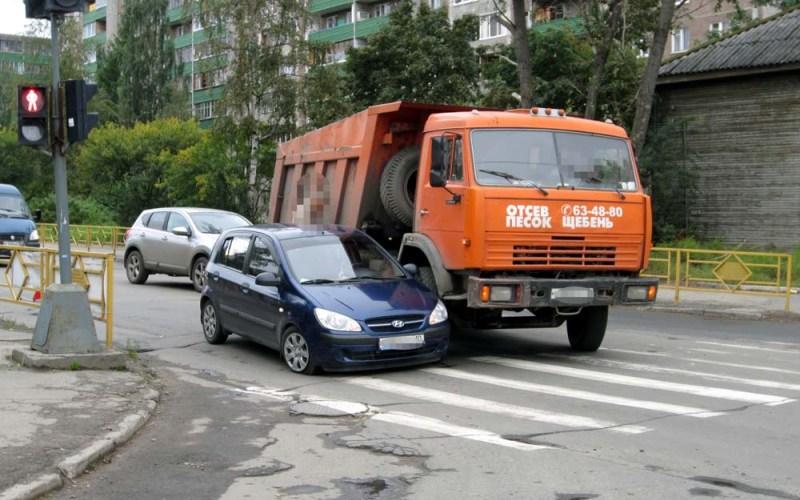 Не высовывайтесь за пределы мертвой зоны Термин «слепая зона» описывает невидимую для водителя во время движения область пространства. А если она невидима, нужно быть готовым к тому, что на вас пересекающимся курсом может кто-то выскочить или выехать. Например, когда вы обгоняете зазевавшийся на перекрестке автобус. Чтобы избежать печальных последствий, достаточно просто во время подобных маневров снизить до разумных пределов скорость и контролировать окружающее пространство, выезжая за пределы подобной слепой зоны.