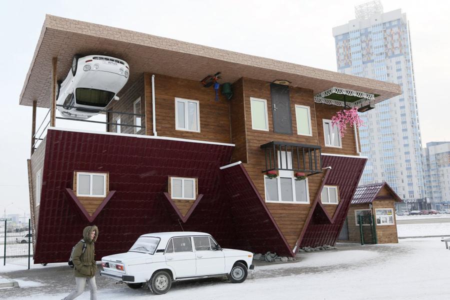 Вверх ногами Первый привет передают нам архитекторы из солнечного (иногда) Красноярска. Перевернутый вверх ногами дом построен в качестве аттракциона для тех немногочисленных туристов, кого не так просто напугать сибирскими холодами.