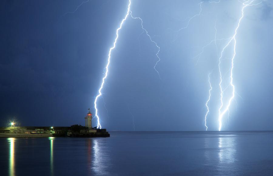 Молния бывает только при дожде На самом деле, молния способна появиться в целых десяти километрах от того места, где сейчас идет дождь. Помните об этом, когда в следующий раз решите пробежаться сразу после конца ливня. Лучше будет подождать полчаса, на всякий случай.