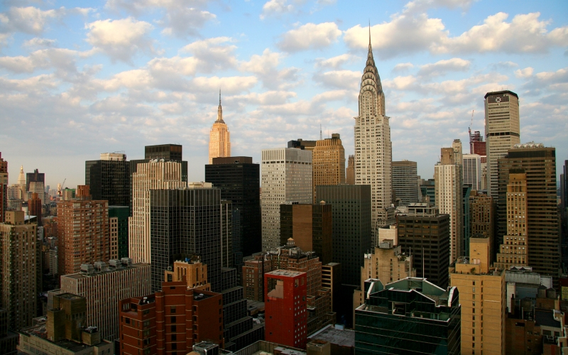 Нью-Йорк Новые результаты исследований американских сейсмологов из Колумбийского университета указывают на высокую сейсмическую опасность в настоящее время в окрестностях Нью-Йорка. Магнитуда землетрясения может достичь пять баллов, что может привести к полному разрушению старых зданий в городе. Другим поводом для беспокойства стала атомная электростанция, расположенная прямо на пересечении двух разломов, т.е. в крайне опасном регионе. Ее разрушение может сделать из Нью-Йорка второй Чернобыль.